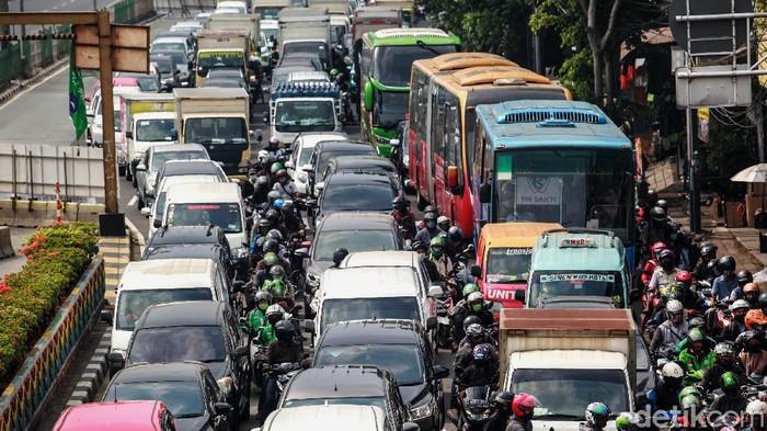 Underpass Senen, Jakarta Pusat, ditutup sejak 30 Juni 2020 lalu. Arus lalu lintas pun macet akibat penutupan underpass tersebut.