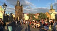 Masyarakat Praha menyambut pencabutan lockdown dengan gembira. Mereka kembali berkumpul dan berbincang bersama (BBC)