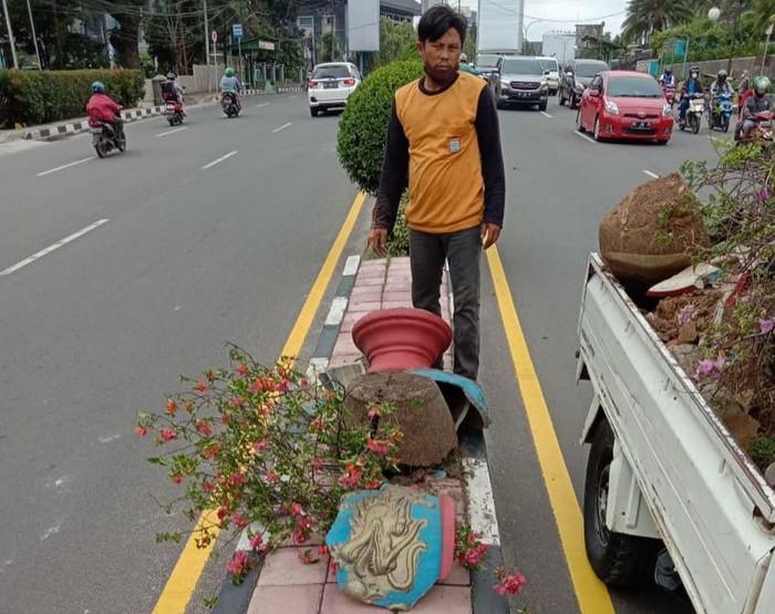 Puluhan pot bunga di jalanan Palembang diduga dirusak (dok. Dinas PRKP Palembang)