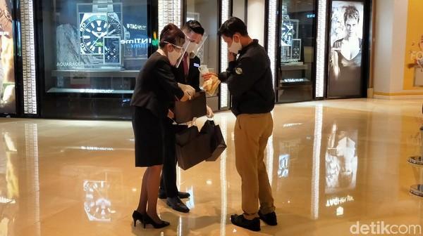 Bagi pengunjung yang masih menggunakan plastik akan diberikan kantong belanja ramah lingkungan oleh customer service. Kampanye ini akan dilakukan selama seminggu. (Tasya/detikcom)