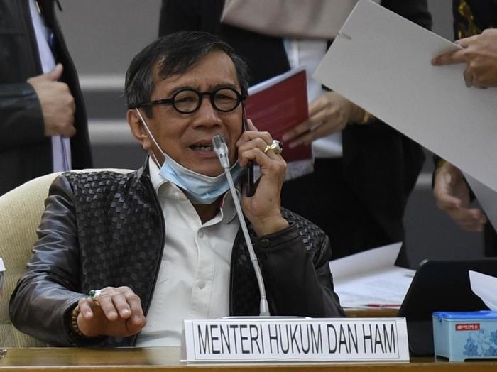 Menteri Hukum dan HAM Yasonna Laoly bersiap mengikuti rapat kerja Komisi I dan Komisi III DPR di Ruang Rapat Pansus B, Kompleks Parlemen Senayan, Jakarta, Kamis (2/7/2020). Raker gabungan tersebut untuk meminta penjelasan kepada pemerintah mengenai RUU tentang Pengesahan Perjanjian Bantuan Hukum Timbal Balik dalam Masalah Pidana dan Konfederasi Swiss. ANTARA FOTO/Puspa Perwitasari/aww.