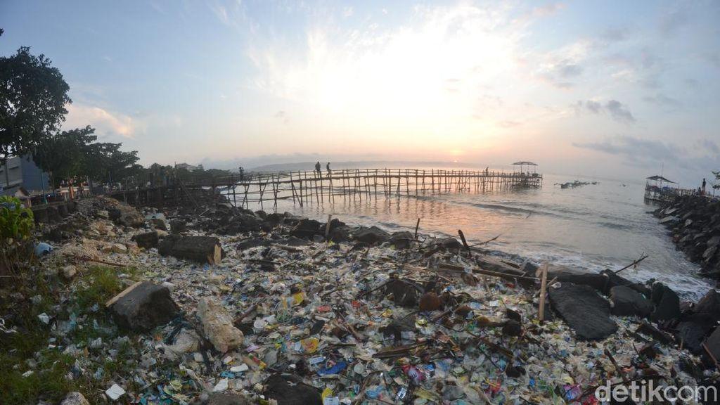 Pencemaran Limbah Plastik di Laut Pangandaran Memprihatinkan