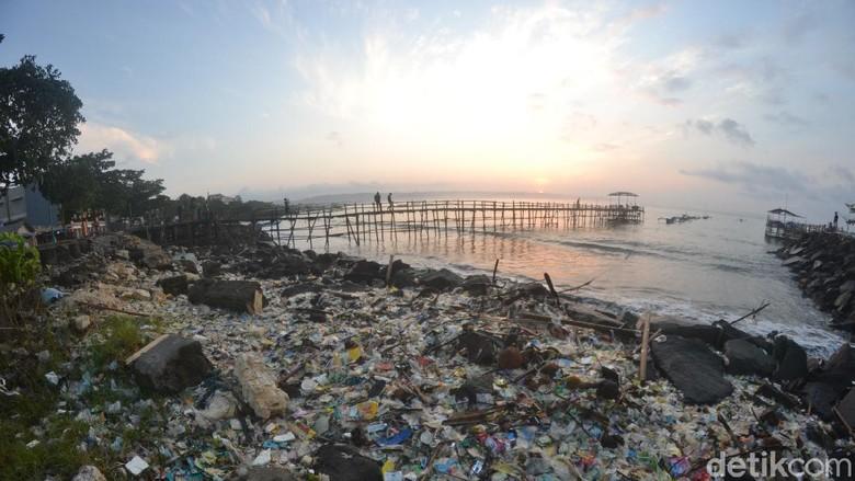 Sampah plastik di pantai timur Pangandaran.