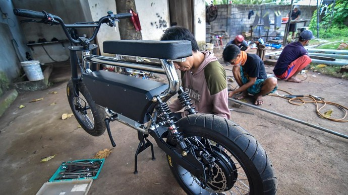 Gede Sukarma Dijaya mengecek sepeda listrik rancangannya sebelum dipasarkan di bangkel Industri Kecil Menengah (IKM)  Le-Bui ( Lombok E-Bike Builder ) di Desa Keru, Kecamatan Narmada, Lombok Barat, NTB, Kamis (2/7/2020). Sepeda listrik yang masih diproduksi berdasarkan pesanan tersebut selain dipasarkan untuk dalam negeri juga dijual ke Amerika, Australia, Norwegia dan Inggris dengan harga per unitnya mulai dari Rp15 juta hingga Rp100 juta tergantung model dan spesifikasi. ANTARA FOTO/Ahmad Subaidi/nz