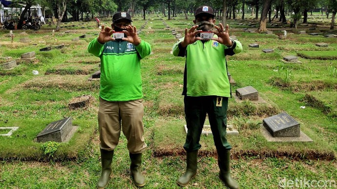 HUT ke-74 Bhayangkara, Ditlantas Polda Metro Jaya memberikan pelayanan penerbitan SIM gratis bagi penggali makam yang menangani korban COVID-19.