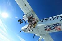Lee pun menerima banyak permintaan terkait aktivitas Skydiving itu. Orang-orang penasaran dan ingin mencoba lagi olahraga Skydiving, apalagi kali ini mendaratnya di tepi pantai Sumner. Global Action Sports via Getty Images