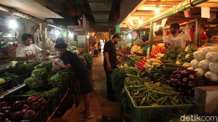 Di hari kedua larangan kantong plastik, masih banyak ditemui sejumlah pedagang di pasar tradisional yang menggunakan kantong tersebut.