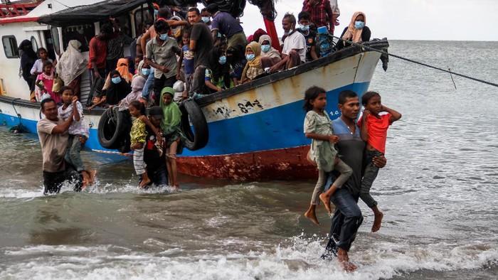 Sejumlah anak-anak pengungsi etnis Rohingya berteriak lepas saat dalam kegiatan terapi trauma healing di tempat penampungan bekas gedung imigrasi, Punteuet, Lhokkseumawe, Aceh, Rabu (1/7/2020). Berbagai kegiatan bersifat mendidik dan menghibur dilakukan para relawan untuk memulihkan kondisi psikologis dan menghilangkan trauma anak-anak Rohingya setelah terobang-ambing di lautan hingga terdampar ke Aceh. ANTARA FOTO/Rahmad/aww.