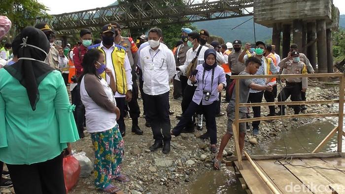 Wakil Menteri PUPR, John Wempi Wetipo meninjau Jembatan Molintogupo Suwawa di Kabupaten Bone Bolango, Gorontalo (Ajis-detikcom).