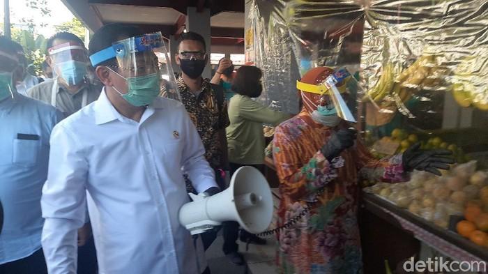 Menkes Terawan Agus Putranto melakukan kunjungan mendadak ke Balai Kota Surabaya. Wali Kota Surabaya Tri Rismaharini terkejut dengan kedatangannya.