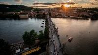 Pesta perayaan pencabutan lockdown ini dilakukan di Jembatan Charles yang terkenal di Praha. Susunan meja sepanjang 500 meter dilapisi kain berwarna putih membentang. (Getty Images)