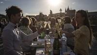 Momen Perayaan Pencabutan Lockdown Warga Praha dengan Pesta