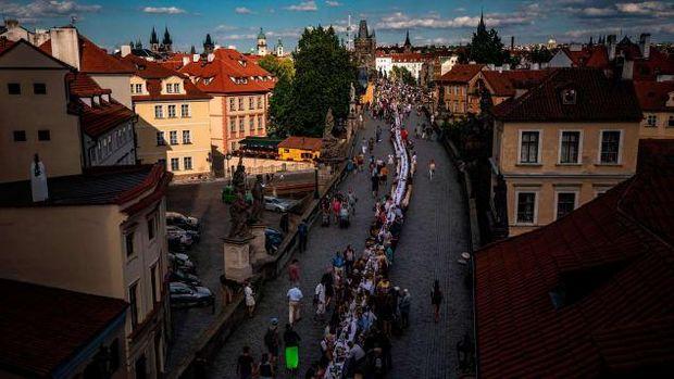 Warga Praha rayakan pesta pencabutan lockdown