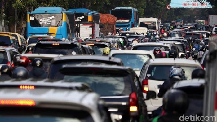 Ada rekayasa jalur di proyek pembangunan flyover Jalan Jakarta, Kota Bandung, Jawa Barat. Akibatnya terjadi kepadatan arus lalu lintas di ruas jalan alteri di Jalan Jakarta, Jumat (3/7/2020) pagi.