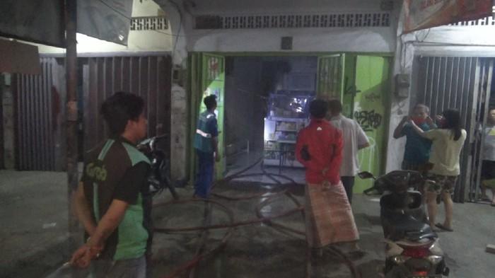 Apotek di Jalan Veteran Makassar Sulsel terbakar, diduga akibat arus pendek listrik