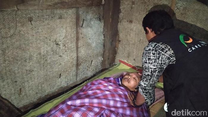 Ardian saat menjenguk Suroto yang mengurung diri di kamarnya, Magelang, Jumat (3/7/2020).
