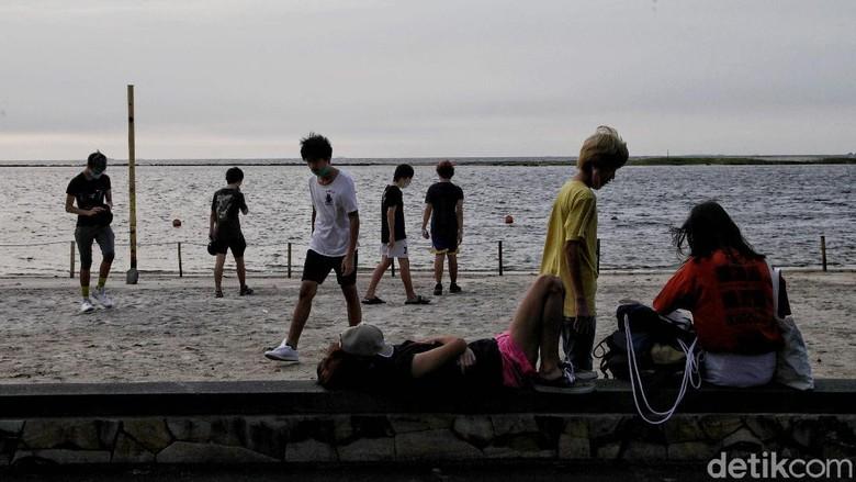 Pantai di kawasan Ancol kembali ramai dikunjungi warga. Tak hanya sekadar berolahraga, ada pula warga yang datang untuk melihat matahari terbenam di pantai.