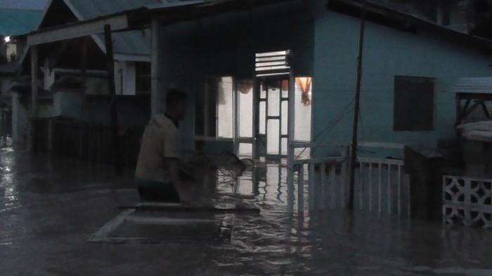 Banjir melanda permukiman di Kota Gorontalo, Jumat (3/7/2020).
