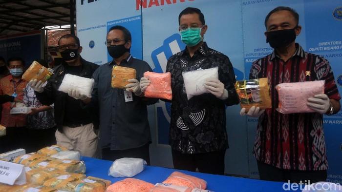 BNN memusnahkan barang bukti narkoba hasil kejahatan. Barbuk tersebut dibakar di Kantor BNN, Cawang, Jakarta, Jumat (3/7/2020).