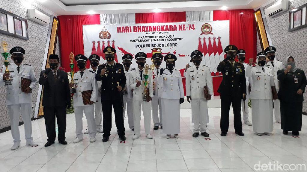 Bupati Bojonegoro Anugerahi Penghargaan Kades Pelopor Kampung Tangguh Semeru