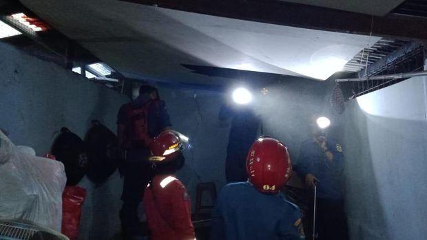 Damkar Bogor jebol plafon rumah warga untuk evakuasi ular sanca.