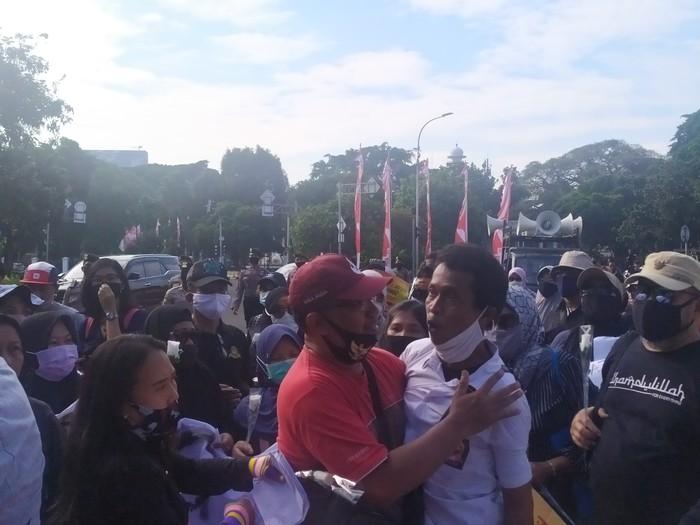 Demo PPDB DKI di Taman Pandang