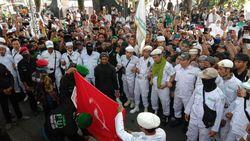 Massa Demo Tolak RUU HIP di Medan Bakar Bendera Merah Berlogo Palu Arit