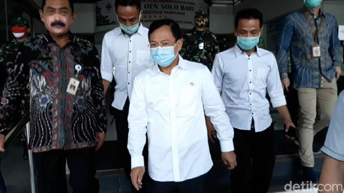 Menteri Kesehatan Terawan Agus Putranto diterpa isu reshuffle Kabinet. Di tengah isu tersebut, Terawan berkunjung ke kampung halaman Presiden Joko Widodo di Solo, Jateng.