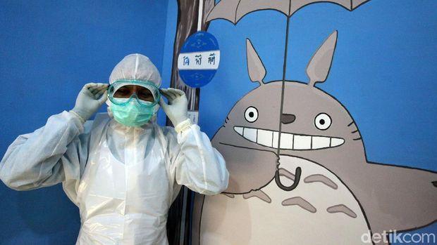 Sejumlah protokol kesehatan diterapkan di klinik khusus anak-anak di Jakarta. Salah satunya para dokter disana kenakan alat pelindung diri saat bertugas.