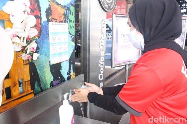Kemudian Trans Studio Mall Bandung juga menyediakan wastafel portabel lengkap dengan sabun cuci tangan di depan pintu masuk. Fungsinya agar setiap pengunjung mencuci tangan sebelum beraktivitas di dalam mal. (Foto: Putu Intan/detikcom)