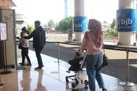 Jumlah pengunjung mal ini dibatasi maksimal hanya 1.700 orang per hari. Untuk memastikan jumlah ini, di pintu masuk juga sudah dilengkapi alat penghitung otomatis. (Foto: Putu Intan/detikcom)