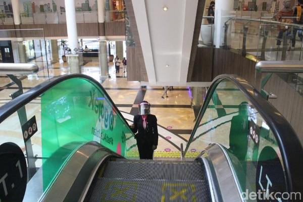 Aturan jaga jarak juga berlaku di eskalator, dimana terdapat jarak dua tangga kosong antar pengunjung. (Foto: Putu Intan/detikcom)