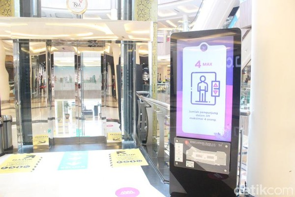 Kapasitas lift dibatasi hanya untuk 4 orang. Selain itu, ada petugas juga yang akan memencet tombol untuk pengunjung. Di sana juga disediakan hand sanitizer yang dapat digunakan pengunjung. (Foto: Putu Intan/detikcom)