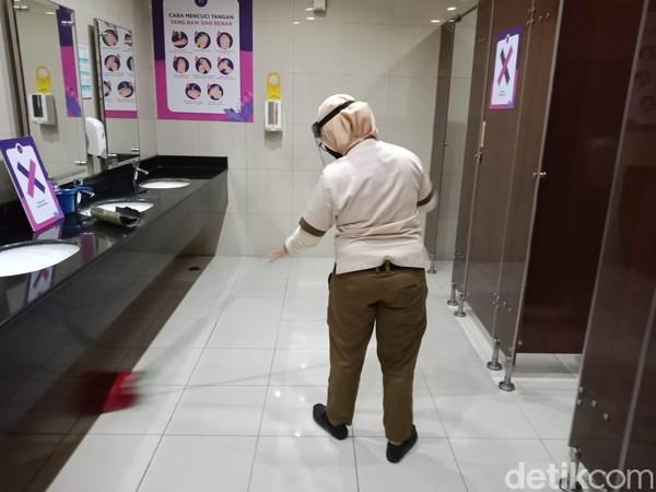 Di area toilet juga terdapat tanda untuk menjaga jarak. Toilet pun rutin dibersihkan setiap selesai digunakan pengunjung. Pembersihan ini menggunakan cairan khusus yang disebut dapat membunuh bakteri dan virus. (Foto: Putu Intan/detikcom)