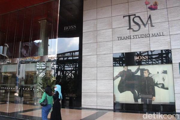 TSM Bandung telah dibuka kembali sejak 15 Juni 2020. Saat ini, mal telah dilengkapi protokol kesehatan yang dimulai dari area parkir, dimana mesin tiket parkir dibuat tanpa sentuhan (touchless). Itu dilakukan untuk menghindari kontak fisik berlebih dari pengunjung dengan petugas. (Foto: Putu Intan/detikcom)