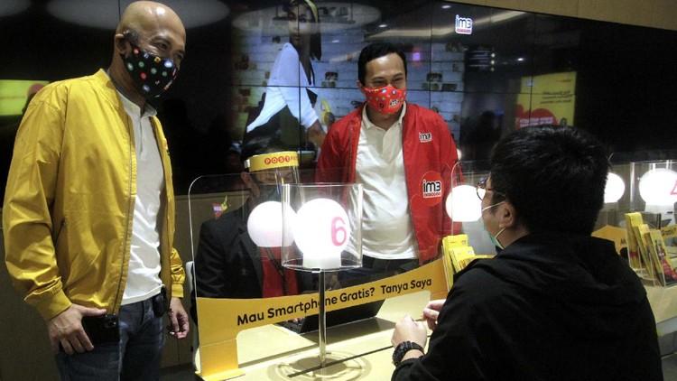 Indosat Ooredoo membali membuka gerainya saat penerapan new normal dengan protokol kesehatan. Salah satunya di Gerai Indosat Ooredoo di Mall Kota Kasablanka, Jakarta.