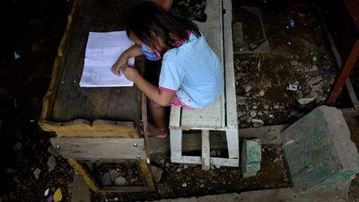 Hii... Anak-anak di Makassar Belajar di Atas Kuburan