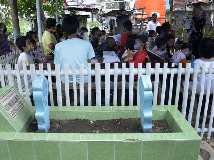 Sejumlah anak di Makassar belajar di Tempat Pemakaman Umum (TPU). Di sana didirikan Rumah Pendidikan untuk bantu anak-anak belajar di masa pandemi COVID-19.
