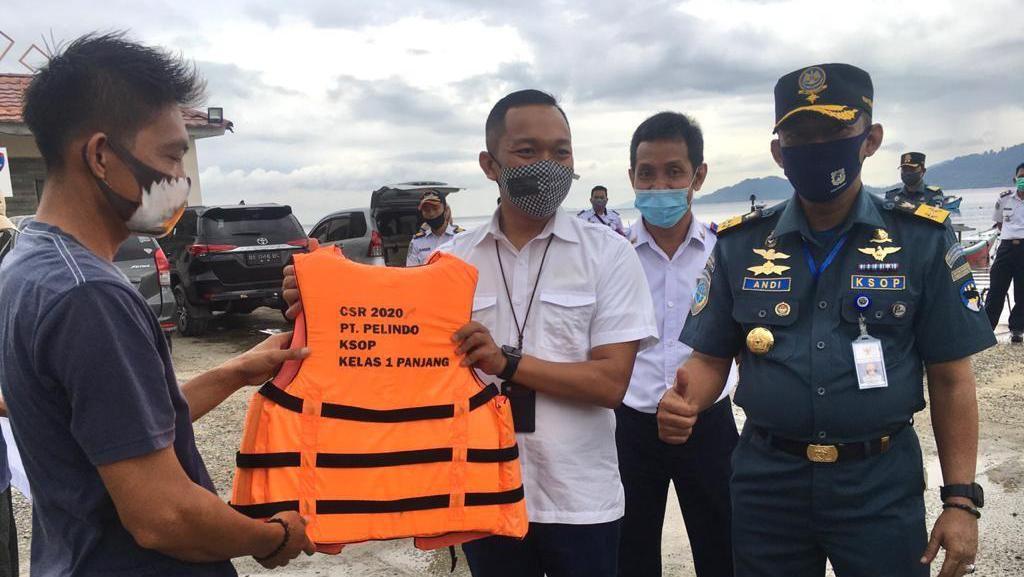 Kemenhub Bagikan 1.520 Jaket Pelampung ke Kapal Wisata di Lampung
