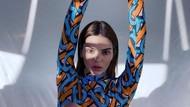 Kendall Jenner Pose Seksi untuk Burberry, Pemotretan Sendiri di Rumah