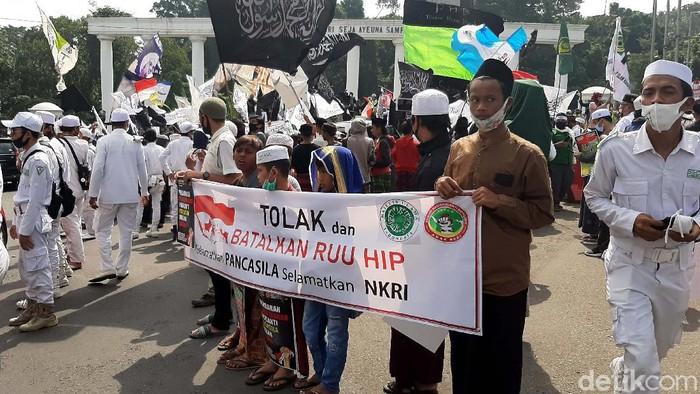 Ribuan orang dari berbagai Ormas, OKP dan LSM melakukan aksi menolak Rancangan Undang-undang (RUU) Haluan Ideologi Pancasila (HIP) di Tugu Kujang, Kota Bogor, Jumat (3/7/2020).