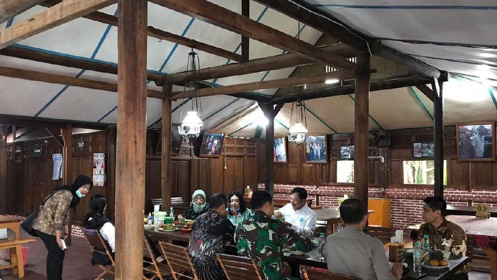 Diterpa Isu Reshuffle, Menkes ke Solo Sempat Santap Ayam Langganan Jokowi