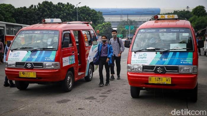 Penumpang menunggu di dalam angkuran umum Mikrotrans Jak Lingko di Terminal Kampung Rambutan, Jakarta, Jumat (3/7/2020). Salah satu operator Jak Lingko, Koperasi Wahana Kalpika (KWK) kembali beroperasi sejak 1 Juli 2020 kemarin.