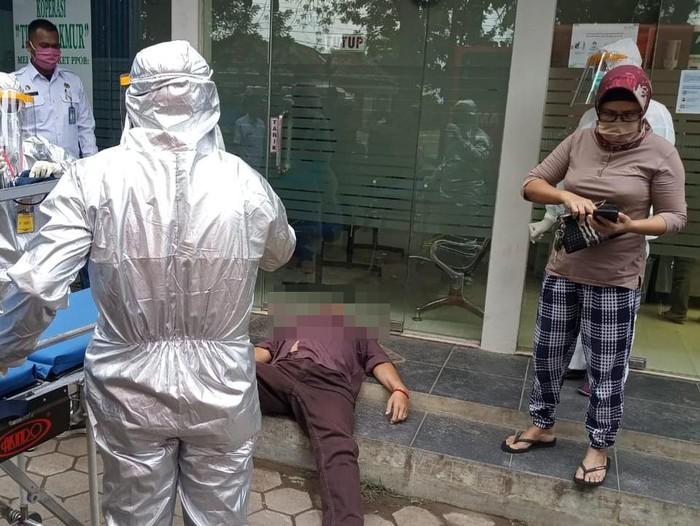Warga di kompleks perkantoran Mejobo, Kudus dihebohkan dengan seorang pria yang meninggal mendadak di area ATM.