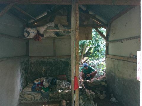 Nenek Sarfiah dibantu TNI bangun rumahnya yang tak layak huni