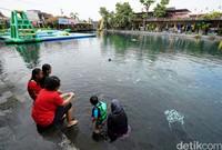 Selama ditutup dalam kurun waktu empat bulan terakhir, objek wisata Umbul Ponggok diperkirakan kehilangan pendapatan mencapai 14 milyar. Berhentinya aktivitas pariwisata di kawasan itu membuat sejumlah masyarakat memanfaatkan umbul untuk aktivitas sehari-hari.