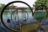 Pandemi COVID-19 membuat sejumlah objek wisata ditutup sementara, salah satunya objek wisata Umbul Ponggok yang berada di Klaten, Jawa Tengah.