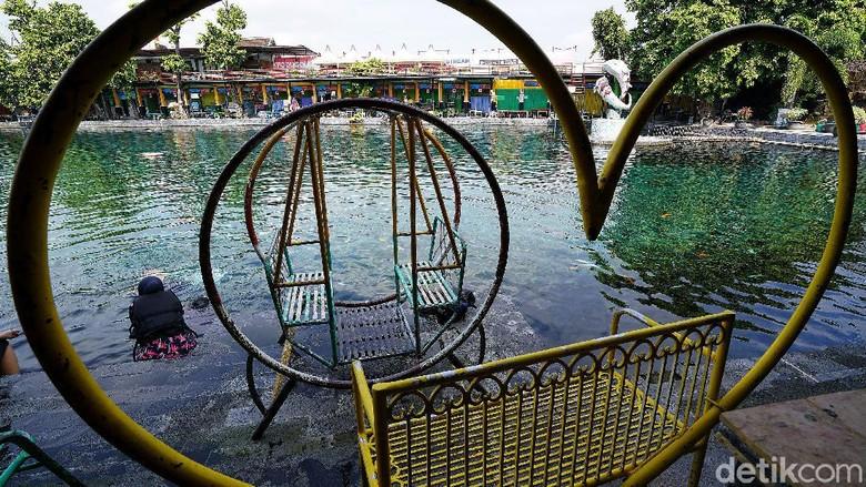 Pandemi COVID-19 membuat objek wisata Umbul Ponggok di kawasan Klaten ditutup. Penutupan dilakukan guna mencegah penyebaran virus Corona.