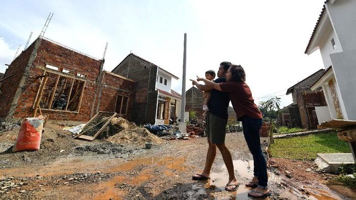 Sebuah keluarga kecil sedang meninjau rumah yang sedang dibangun memakai fasilitas Kredit Pemilikan Rumah (KPR) PT Bank Tabungan Negara (Persero) Tbk., di pinggiran Jakarta, Jumat (3/7). Di era New Normal, Bank BTN tetap memacu penyaluran kredit perumahan untuk membantu pemerintah dalam program Pemulihan Ekonomi Nasional. Adapun, per 31 Mei 2020,  perseroan  sukses merealisaskan KPR FLPP untuk membiayai 46.798 unit atau setara dengan Rp 4,7 triliun.
