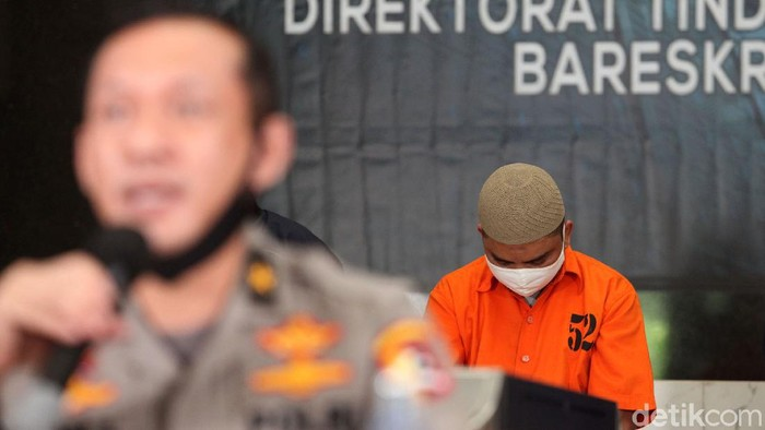 Polisi tangkap dua orang tersangka penyebar hoax tentang kondisi perbankan di Indonesia. Pelaku memprovokasi masyarakat untuk ramai-ramai menarik uang dari bank